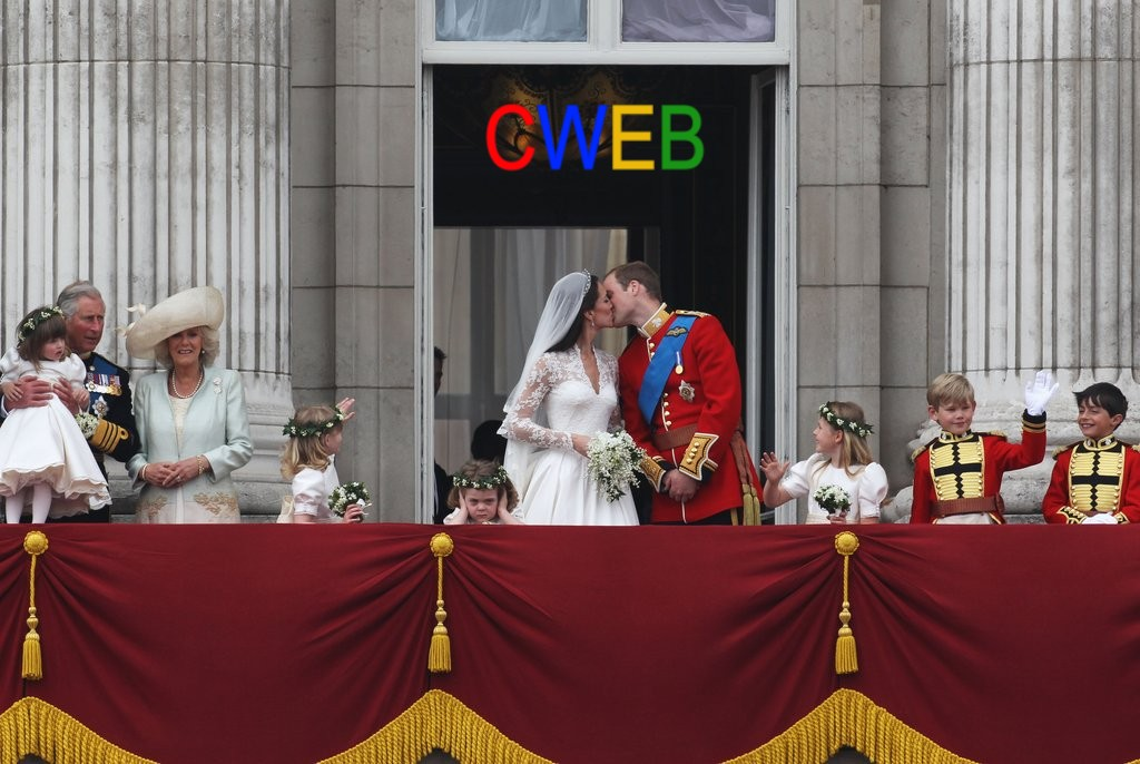 Prince-William-Kate-Middleton-First-Kiss-Balcony-2011-04-29-060052.jpg